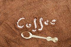 Brunt mald kaffe och sked Fotografering för Bildbyråer