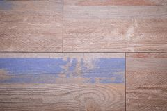 Brunt marmorerar tegelplattor med färgrika linjer och modeller arkivbilder