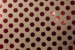 Brunt papper för hantverk med röd prickbakgrund royaltyfri fotografi