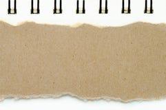 Brunt rivit sönder papper på bakgrund för bokvitbokfärg, har kopieringsutrymme för satt text royaltyfria bilder