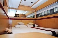 Brunt sovrum på yachten royaltyfri fotografi