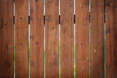 Brunt staket med ett ljust suddigt royaltyfri foto