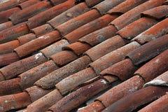 Brunt tak av det gamla byhuset Arkivbild