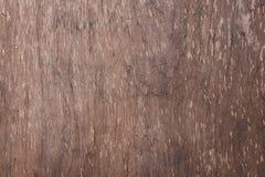 Brunt trä med textur och något som skrapas av passagen av tid arkivfoton