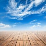 Brunt trägolvperspektiv och molnig himmel vektor illustrationer