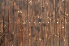 Brunt trästaket, vertikala bräden, bakgrund royaltyfri bild