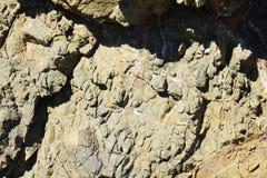 Brunt vaggar, det Elba berget, vatten, naturlig abstrakt bakgrund Royaltyfri Bild