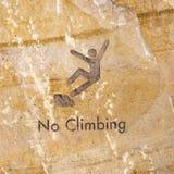 Brunt vaggar inristat med inget klättringtecken fotografering för bildbyråer