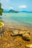 Brunt vaggar kusten med turkosfärghavet i den Maak ön i T Royaltyfri Foto