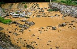 Brunt vatten i floden Arkivbild