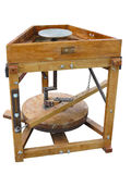 Brunt wood hjul för keramiker` som s isoleras över vit bakgrund Arkivfoto