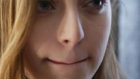 Bruntkanter och läppstift för ung kvinna 4K lager videofilmer