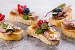 Bruschetta三明治用鸭子肉和莓果 库存图片