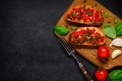 Bruschetta在拷贝空间的开胃小菜用蕃茄和蓬蒿 免版税库存图片