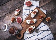 Bruschetta快餐用在餐巾的被切的无花果在土气样式 图库摄影
