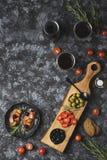Bruschetta有橄榄色和蕃茄顶视图 免版税图库摄影