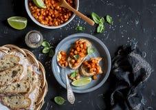 Bruschetta用在西红柿酱的豆 可口素食开胃菜或快餐 项目符号 免版税库存图片