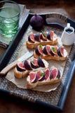 Bruschetta用无花果和山羊乳干酪 图库摄影