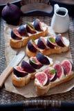 Bruschetta用无花果和山羊乳干酪 免版税库存照片