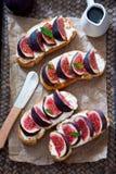Bruschetta用无花果和山羊乳干酪 免版税图库摄影