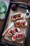 Bruschetta用无花果和山羊乳干酪 库存图片