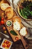 Bruschetta用橄榄油、西红柿和草本调味汁  免版税图库摄影