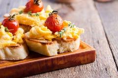 Bruschetta用炒蛋和烤西红柿 免版税库存图片