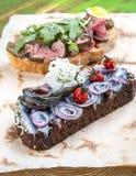 Bruschetta用烤牛肉和西鲱 免版税库存图片