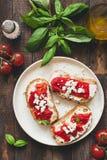 Bruschetta用烤胡椒和山羊希腊白软干酪,顶视图 意大利语的开胃小菜 免版税库存照片