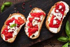 Bruschetta用烤胡椒和希腊白软干酪,顶视图 图库摄影