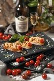 Bruschetta用熏制的肉和西红柿 图库摄影