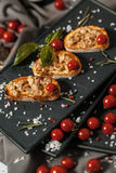 Bruschetta用熏制的肉和西红柿 库存照片