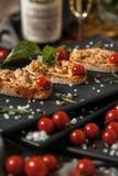 Bruschetta用熏制的肉和西红柿 库存图片