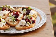 Bruschetta用甜菜,希脂乳 库存照片