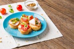 Bruschetta用蕃茄、乳酪和烟肉 库存照片