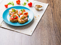 Bruschetta用蕃茄、乳酪和烟肉 免版税库存图片