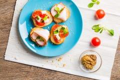 Bruschetta用蕃茄、乳酪和烟肉 免版税图库摄影