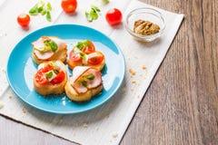 Bruschetta用蕃茄、乳酪和烟肉 图库摄影