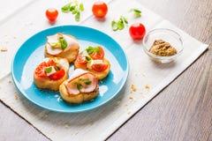 Bruschetta用蕃茄、乳酪和烟肉 免版税库存照片