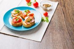 Bruschetta用蕃茄、乳酪和烟肉 库存图片