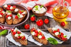 Bruschetta用蕃茄、mozarella和蓬蒿,特写镜头 免版税图库摄影