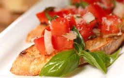 Bruschetta用蕃茄和蓬蒿 免版税库存图片
