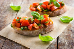 Bruschetta用蕃茄和蓬蒿 图库摄影