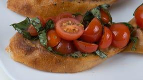Bruschetta用蕃茄和蓬蒿 库存照片
