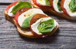 Bruschetta用蕃茄 免版税库存照片