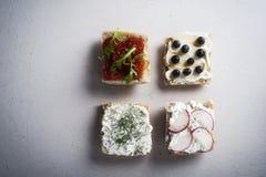 bruschetta的四种类型在厨房用桌上的 免版税图库摄影