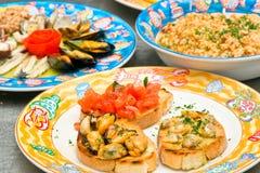 bruschetta盘混合米s海鲜三 免版税库存图片