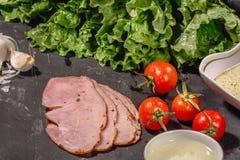 Συστατικά για το ιταλικό bruschetta μαγειρέματος στο σκοτεινό πίνακα Ιταλικό bruschetta με τις ντομάτες κερασιών, σάλτσα τυριών,  στοκ εικόνες