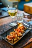 Bruschetta και άσπρο κρασί Στοκ Εικόνες
