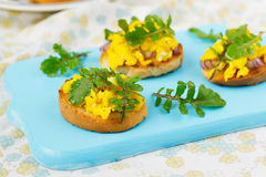 Bruschetta με τα ανακατωμένα αυγά και το arugula Στοκ εικόνα με δικαίωμα ελεύθερης χρήσης